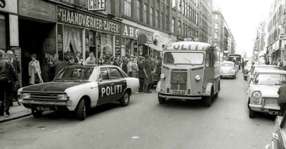 Politibiler på gaden