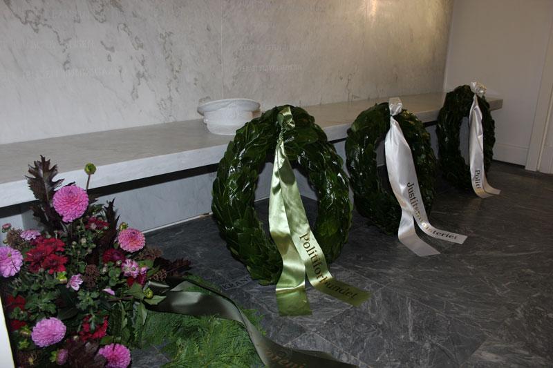 Justitsminister, Søren Pape, Rigspolitichef, Jens Henrik Højbjerg og næstformand i Politiforbundet, Claus Hartmann lagde hver en krans ved mindestedet